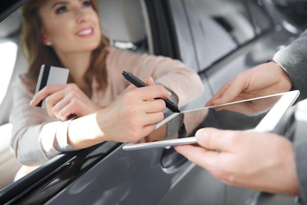 Moderne art der vertragsunterzeichnung für den autokauf