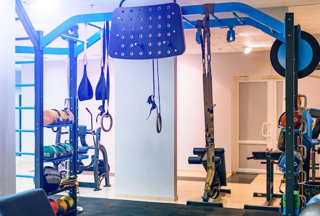 Moderne ausrüstung für sportübungen in der leichten turnhalle.