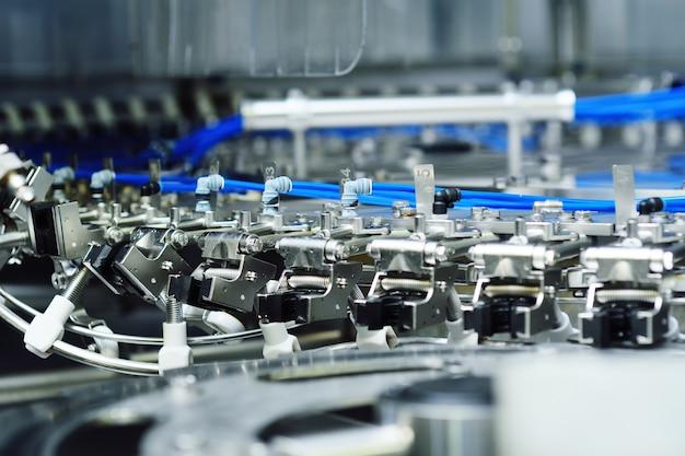 Moderne ausrüstung zum abfüllen von bier, kohlensäurehaltigen getränken, wasser in flaschen. industrielle herstellung von getränken.