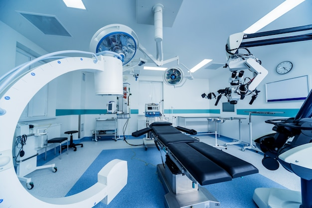 Moderne ausstattung im operationssaal. medizinprodukte für die neurochirurgie.