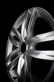 Moderne autofelge aus aluminiumlegierung auf schwarzem hintergrund isoliert.