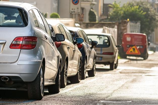 Moderne autos, die auf der straßenseite der stadt im wohngebiet geparkt werden