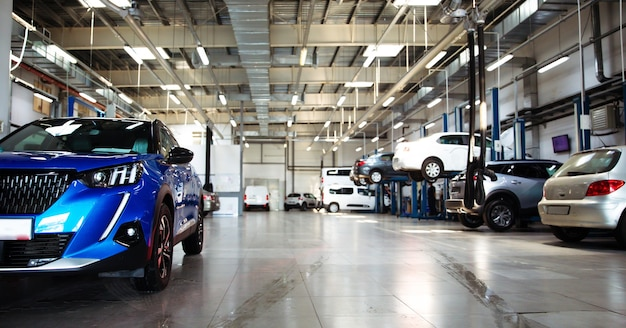Moderne autowerkstatt mit einer großen anzahl von aufzügen und spezialisierten geräten für diagnose und service reparatur auto