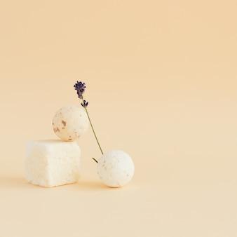 Moderne badeutensilien lavendel badebomben kugeln öl lavendelblüten minimalismus stil