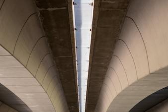 Moderne Betonbrücke strahlt mit geometrischen Formen in Valencia, Spanien aus