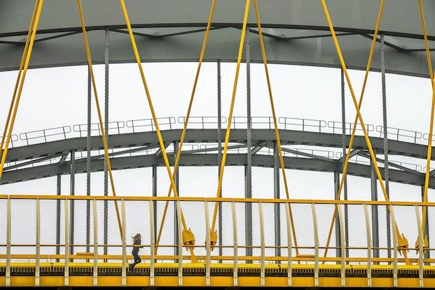 Moderne brücke mit gelben und grauen metallfragmenten