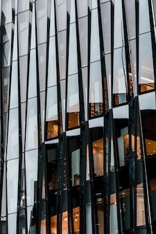 Moderne bürogebäude des wolkenkratzers in der stadt