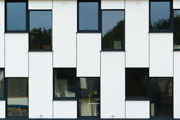 Moderne bürogebäudefensterglasebene legen
