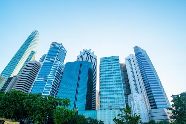 Moderne business-wolkenkratzer, hochhäuser, architektur zum himmel, sonne.
