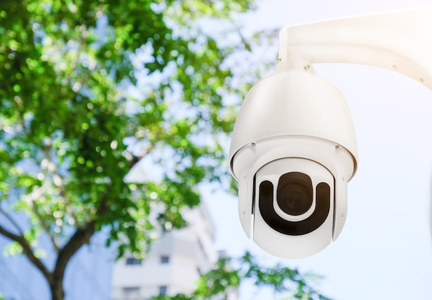 Moderne cctv-kamera an der wand außerhalb