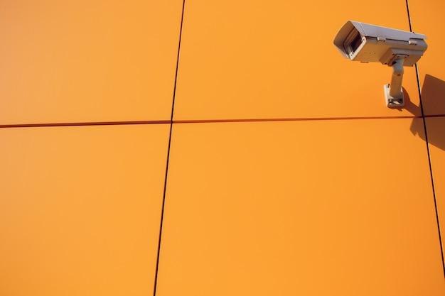 Moderne cctv-kamera an der wand.