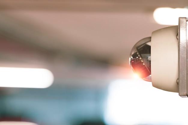 Moderne cctv-kamera zur überwachung von überwachung und sicherheit an der wand