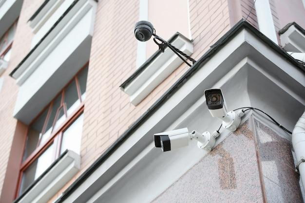 Moderne cctv-kameras an der wand des gebäudes im freien