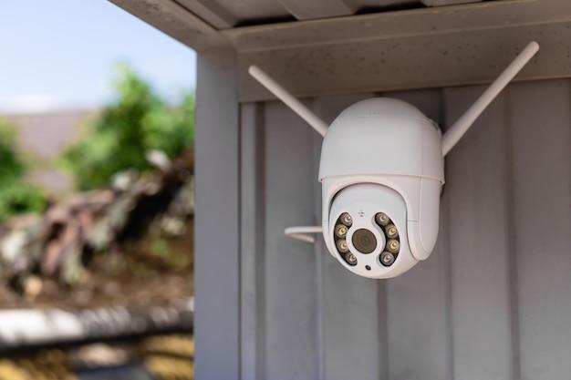 Moderne cctv-wlan-überwachungskamera in der garage für das heimsicherheitssystem installiert