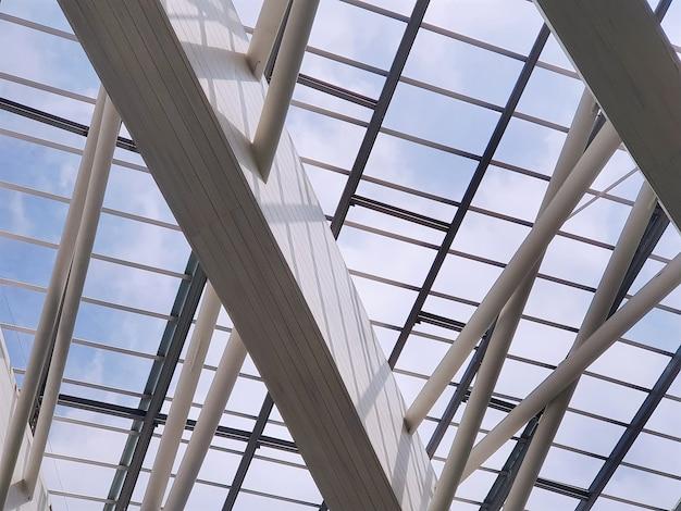 Moderne dachstruktur gegen blauen bewölkten himmel