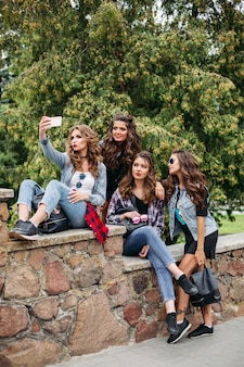 Moderne damen mit der frisur, die draußen selfie nimmt.