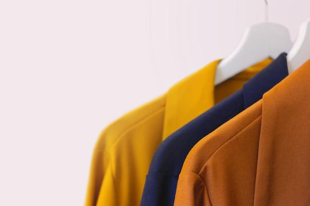 Moderne damenbekleidung auf einem kleiderbügel in einem geschäft. speicherplatz kopieren
