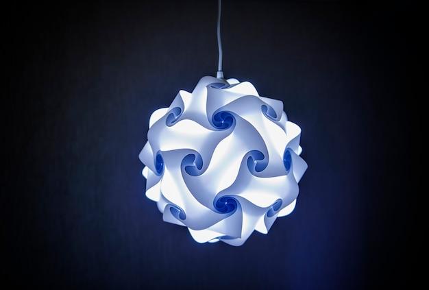 Moderne designerlampe im blauen licht