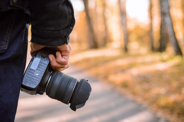 Moderne dslr-kamera in händen des professionellen landschaftsfotografen