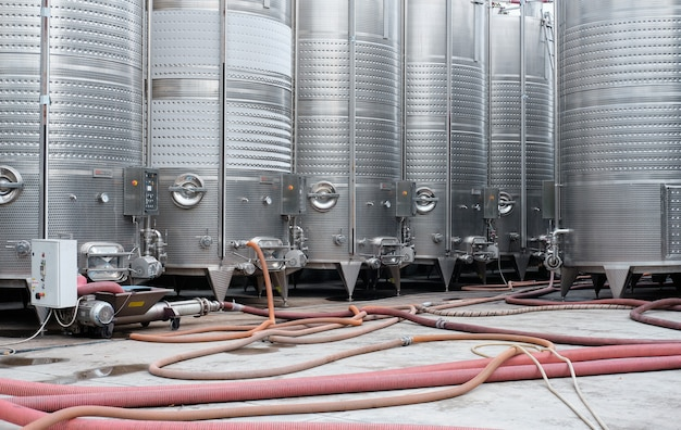 Moderne edelstahlfässer für die weingärung in einer weinkellerei