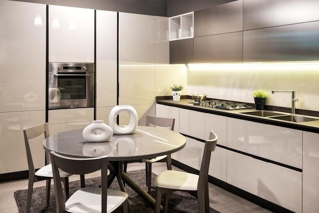 Moderne einbauküche mit rundem esstisch