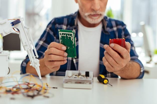 Moderne elektronik. selektiver fokus von mikroschemata, die zur herstellung eines roboters verwendet werden