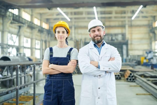 Moderne fabrikmitarbeiter