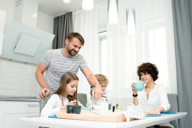 Moderne familie beim frühstück