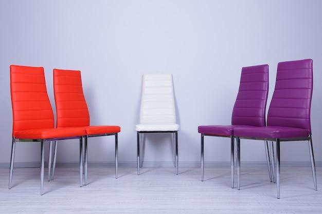 Moderne farbstühle an der wandoberfläche