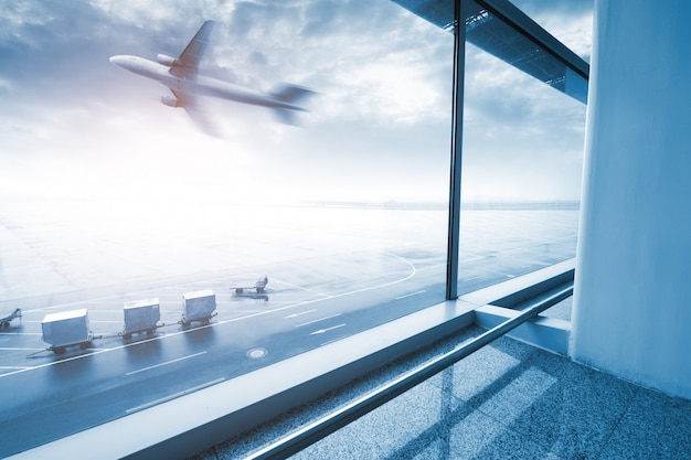 Moderne flughafenszene der passagierbewegungsunschärfe mit fenster draußen.