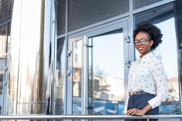 Moderne frau der seitenansicht auf balkon