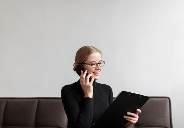 Moderne frau des smiley, die über telefon spricht