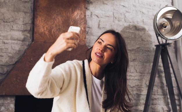Moderne frau, die ein selfie nimmt