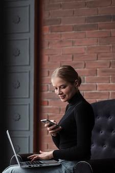 Moderne frau, die fotos des laptopbildschirms macht