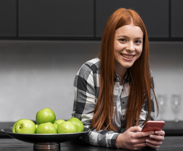 Moderne frau, die in der küche sich entspannt