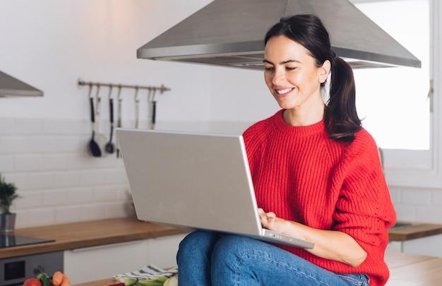 Moderne frau, die laptop verwendet
