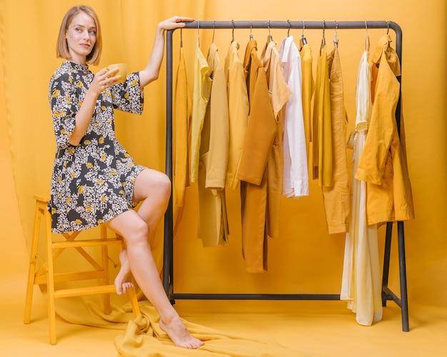 Moderne frau neben kleiderschrank