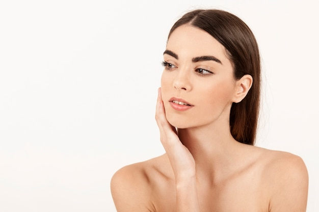 Moderne frau posiert mit make-up