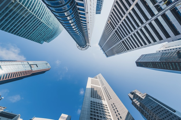 Moderne gebäude am blauen himmel am stadtzentrum in singapur.