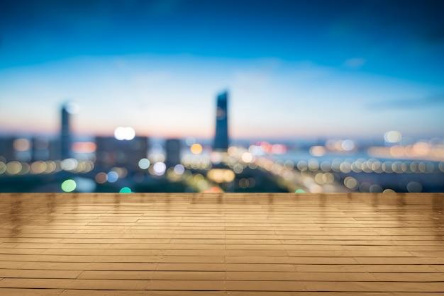 Moderne gebäude nähern sich shanghai nachts vom leeren boden