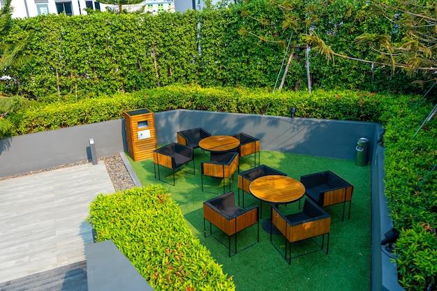 Moderne gepflegte eigentumswohnung innenhof. laksheri ist ein mehrstöckiges wohngebäude. samui, taiwan - 02.08.2020