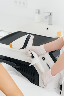 Moderne geräte zur laser-haarentfernung und haarentfernung in einem schönheitssalon. schönheitssalon und kosmetik.