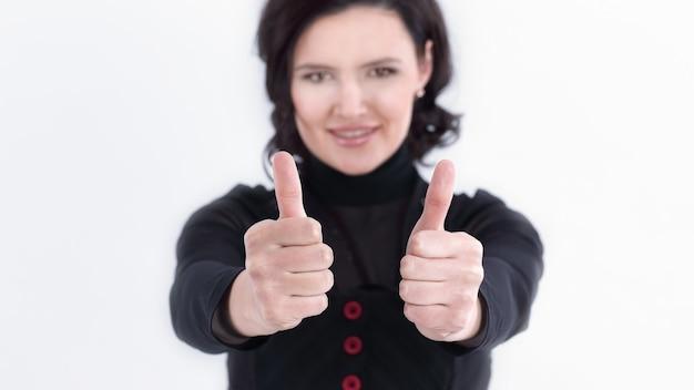Moderne geschäftsfrau, die daumen oben zeigt