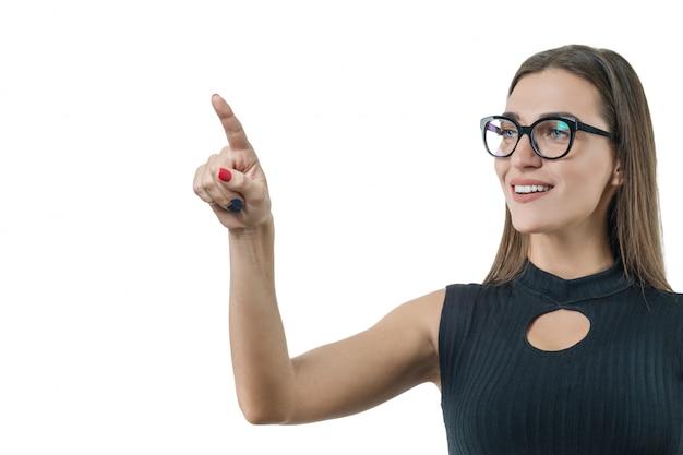 Moderne geschäftsfrau, die digitaltechnik einsetzt