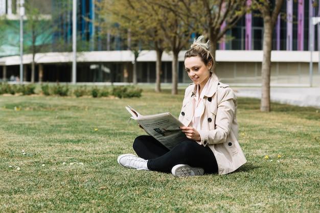 Moderne geschäftsfrau, die im park sich entspannt
