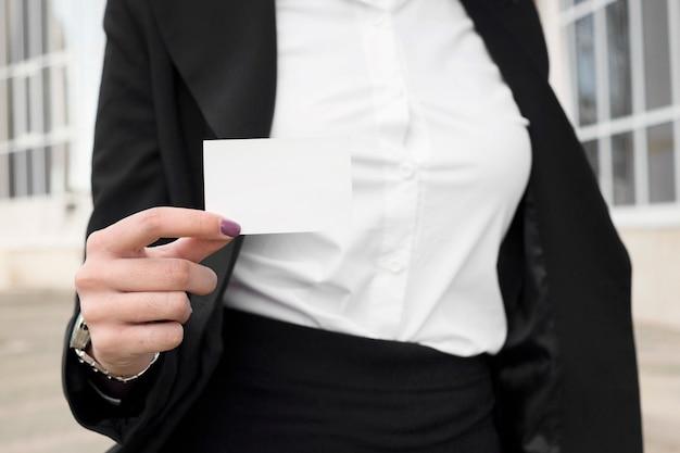 Moderne geschäftsfrau, die visitenkarte zeigt