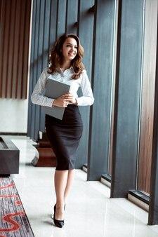 Moderne geschäftsfrau im büro mit kopierraum.