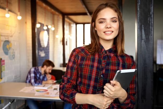 Moderne geschäftsfrau im büro mit kopierraum