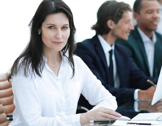 Moderne geschäftsfrau in der werkstatt im büro