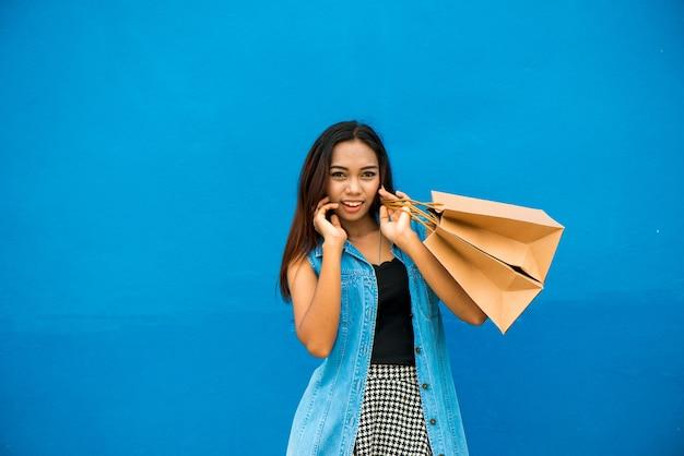 Moderne geschäftsfrau mit einkauf cincept in den vielzahlaktivitäten